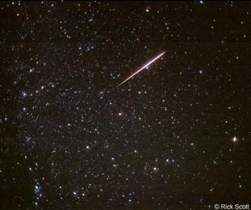 Dieses Foto aus dem Jahr 1997 zeigt einen hellen Perseidenmeteor. Beim genauen Hinsehen erkennt man noch eine zweite, schwächere Sternschnuppe. In der beschrifteten Version sieht man deutlich, dass die beiden Meteore sich zwar direkt vom Radianten weg bewegen, dass sie aber nicht direkt im Radianten beginnen. Foto mit freundlicher Genehmigung von Rick Scott