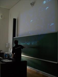 Dirk beim Erklären des halleschen Sternhimmels, anhand einer virtuellen Sternkarte