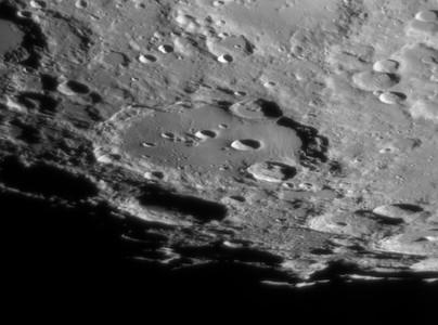 Krater Clavius mit seinen 5 aufgereihten Kleinkratern